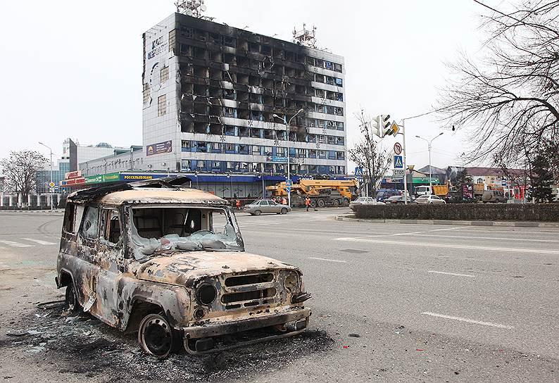 В центре Грозного в ночь на 4 декабря была блокирована группа боевиков. Около 1:00 при проверке документов участники незаконного вооруженного формирования (НВФ) убили нескольких полицейских, а затем укрылись в Доме печати