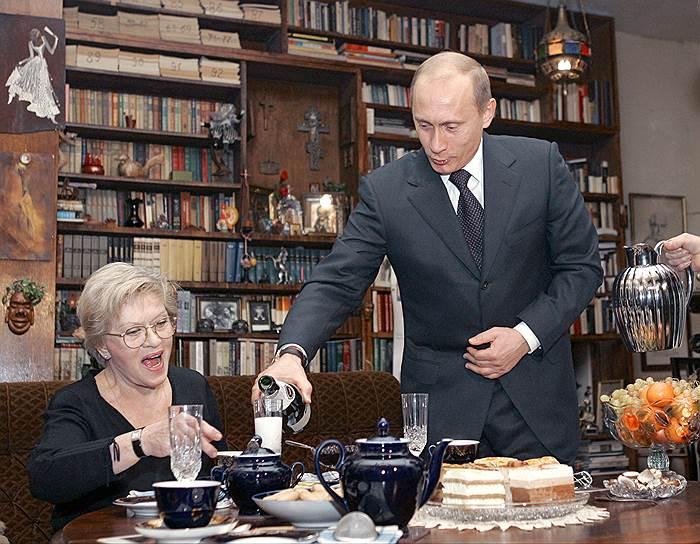 Алиса Фрейндлих неоднократно заявляла, что доброжелательно относится к президенту России Владимиру Путину. В 2009 году они вместе спустили на воду танкер «Кирилл Лавров», а тремя годами позже актриса снялась в предвыборном агитационном ролике в пользу Путина, что сразу же вызвало широкий общественный резонанс и критику актрисы со стороны представителей оппозиции