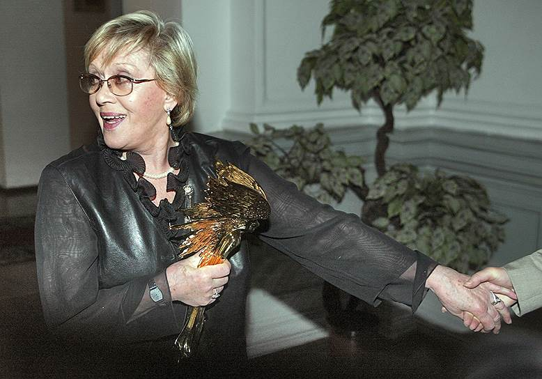 В течение 10 лет Алиса Фрейндлих не снималась в кино и вернулась на экраны только в 2004 году в фильме «На Верхней Масловке». Несмотря на то, что картина в целом получила неоднозначные отзывы, игра Фрейндлих была оценена высоко, актриса вновь стала лауреатом премии «Ника» за лучшую женскую роль. Третью статуэтку Фрейндлих получила за роль матери поэта Иосифа Бродского в картине «Полторы комнаты, или Сентиментальное путешествие на родину»