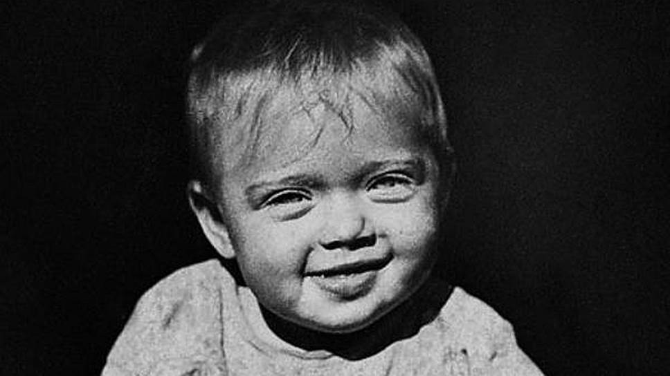 «Чем дольше человек хранит в себе детство, тем дольше сохраняется данное ему от природы дарование» Алиса Фрейндлих родилась 8 декабря 1934 года в Ленинграде в семье актера немецкого происхождения Бруно Фрейндлиха. Актерские способности проявились у Фрейндлих рано — в три года она попала на спектакль с участием своей тети и ее мужа, после чего тайком от родителей стала играть в «театр», примеряя мамины платья и украшения. Незадолго до войны семья Фрейндлих  распалась, отец уехал в Ташкент, а девочка осталась с матерью в Ленинграде