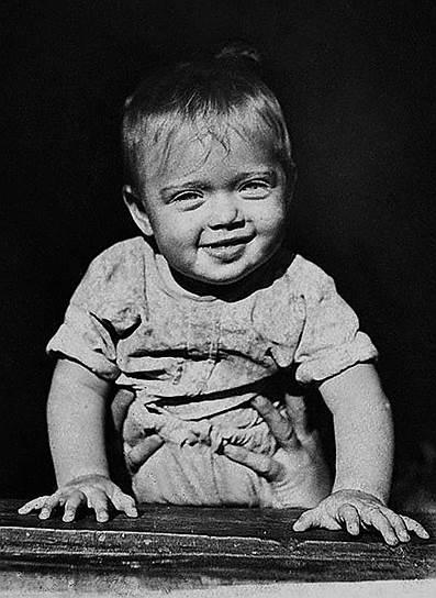 «Чем дольше человек хранит в себе детство, тем дольше сохраняется данное ему от природы дарование» <br>Алиса Фрейндлих родилась 8 декабря 1934 года в Ленинграде в семье актера немецкого происхождения Бруно Фрейндлиха. Актерские способности проявились у Фрейндлих рано — в три года она попала на спектакль с участием своей тети и ее мужа, после чего тайком от родителей стала играть в «театр», примеряя мамины платья и украшения. Незадолго до войны семья Фрейндлих  распалась, отец уехал в Ташкент, а девочка осталась с матерью в Ленинграде