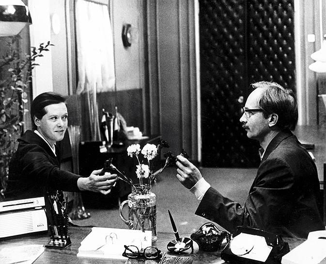 В 1974 году в свой фильм Алису Фрейндлих пригласил Андрей Тарковский. Но съемки тогда так и не состоялись. Сорвалась и работа актрисы в фильме Эльдара Рязанова «Ирония судьбы, или С легким паром!». Тем не менее, в 1974 году выходят три фильма с участием актрисы, но настоящий успех к ней пришел после исполнения роли Людмилы Калугиной — «Мымры» — в комедии Рязанова «Служебный роман» (1977, кадр из фильма на фото). После премьеры актриса получала множество писем с благодарностью, была признана  лучшей актрисой года по версии журнала «Советский экран». Картину оценили и на государственном уровне  — все ее создатели (кроме Алисы Фрейндлих) были удостоены Государственной премии СССР, на что актриса, по ее собственным словам, не обиделась, так как «настолько привыкла к каким-то ограничениям, которые были приняты в Совдепии, что было даже смешно»