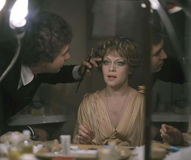 По мнению критиков, лучшей работой Фрейндлих стала королева Анна в экранизации романа Александра Дюма «Три мушкетера». Как и в «Служебном романе», актриса выступила и в роли певицы, записав несколько песен для фильма. Позже на экраны вышла «Старомодная комедия», а потом и долгожданная работа с Тарковским в «Сталкере», конечный монолог для которого был полной импровизацией актрисы <br>На фото: художник-модельер Вячеслав Зайцев и актриса Алиса Фрейндлих в гримерной перед спектаклем «Вишневый сад» в  московском театре «Современник»