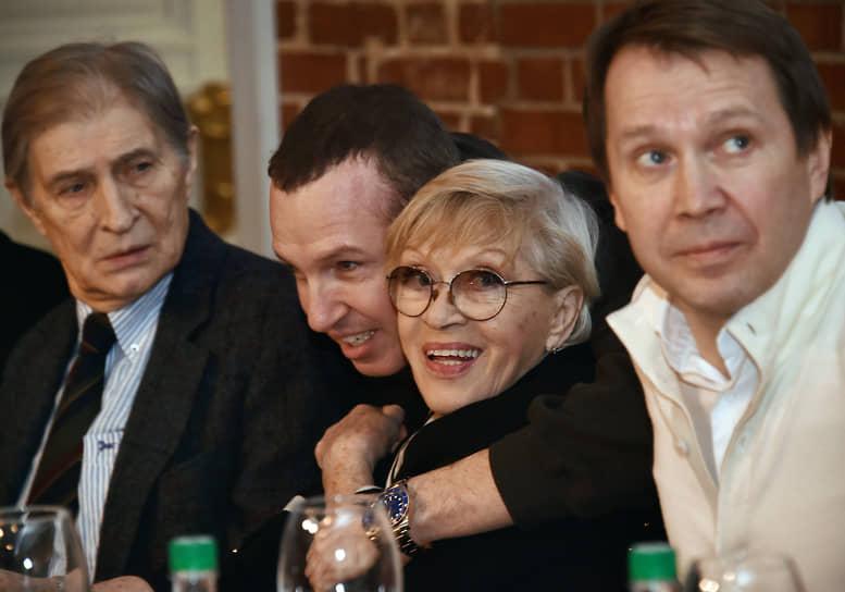 На фото слева направо: актеры Игорь Ясулович, Игорь Верник, Алиса Фрейндлих, худрук Театра наций Евгений Миронов