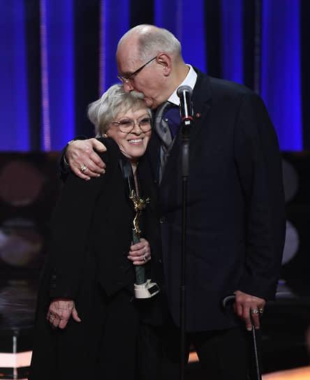 В январе 2020 года Алиса Фрейндлих получила почетную премию «Золотой орел» за вклад в российский кинематограф <br>На фото: Алиса Фрейндлих и режиссер Никита Михалков во время вручения премии