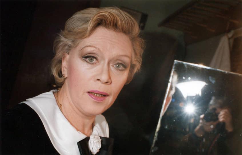 «Достигнув определенных высот, нельзя расслабляться, поверив, что ты национальное достояние» <br>C развалом Советского Союза наступил кризис в кинематографе. Как и многих советских актеров Фрейндлих некоторое время не приглашали в кино. В 1992 и 1993 годах она вернулась к роли королевы Анны в продолжении «Трех мушкетеров», однако фильмы не были успешными. Удачной работой того времени можно назвать роль писательницы Ирины Дмитриевны в картине Валерия Тодоровского «Подмосковные вечера», принесшую Фрейндлих первую статуэтку премии «Ника» за лучшую женскую роль второго плана