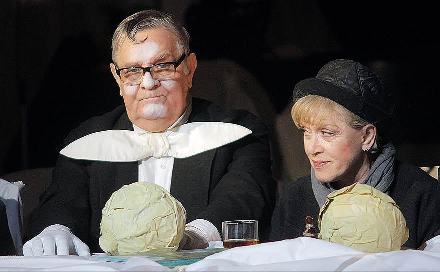 В конце 2013 года на сцене Петербургского Большого драматического театра имени Товстоногова состоялась премьера спектакля «Алиса» по сказке Льюиса Кэрролла «Алиса в Стране чудес», главную роль в котором исполнила Алиса Фрейндлих (кадр из спектакля на фото). Спектакль до сих пор с успехом показывают на сцене БДТ