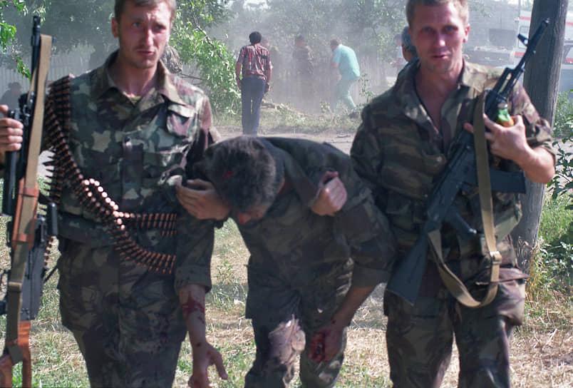 1995 год. Российские военные во время штурма больницы в Буденновске, захваченной чеченскими террористами Шамиля Басаева