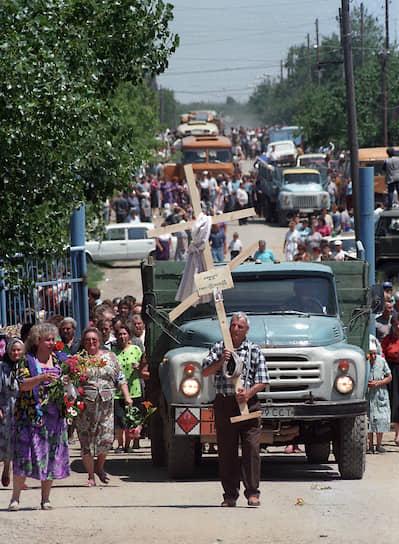 1995 год. Похороны погибших во время захвата чеченскими террористами Шамиля Басаева больницы в Буденновске