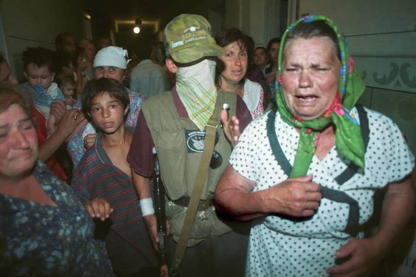 1995 год. Закрывшие свои лица чеченские боевики Шамиля Басаева показывают журналистам женщин и детей, взятых ими в заложники при захвате больницы в Буденновске