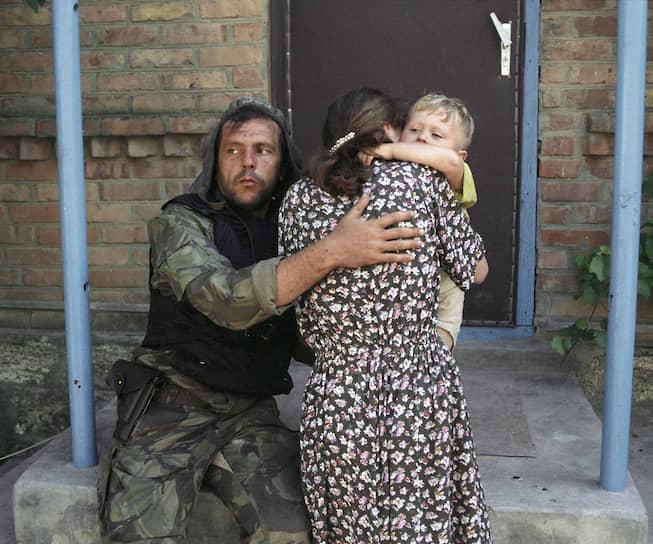 1995 год. Российский танкист успокаивает женщину с ребенком, освобожденную из захваченной чеченскими террористами Шамиля Басаева больницы в Буденновске