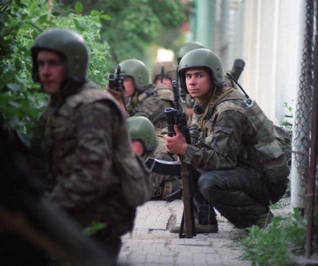 1995 год. Российские военные готовятся к штурму больницы в Буденновске, захваченной чеченскими террористами Шамиля Басаева