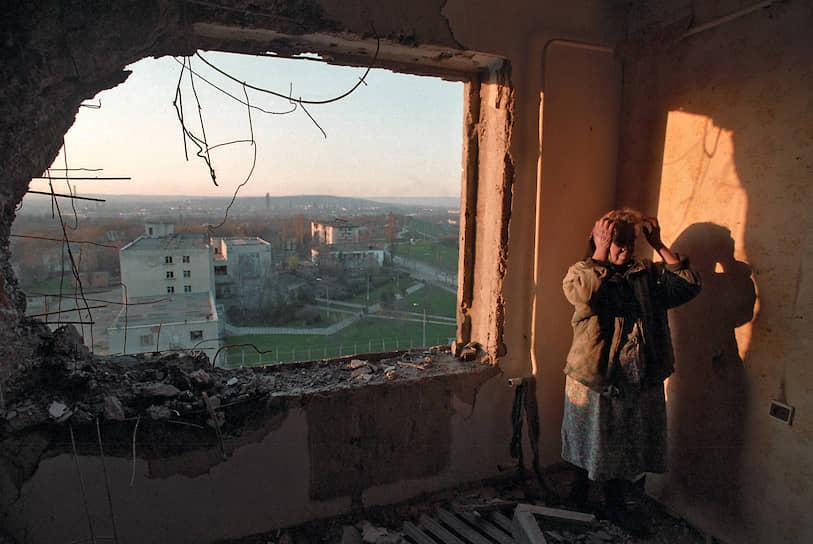 1995 год. Местная жительница в своей полуразрушенной квартире после массированных бомбежек Грозного