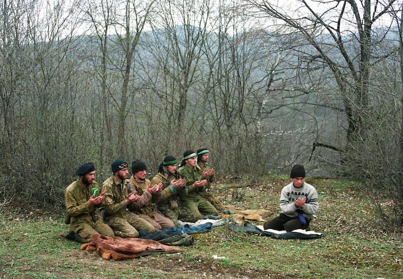 1995 год. Лагерь чеченских бандформирований в горах на юге Чечни. Боевики во время молитвы