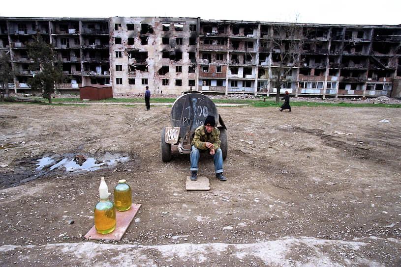 1996 год. Продажа бензина на улицах разрушенного Грозного