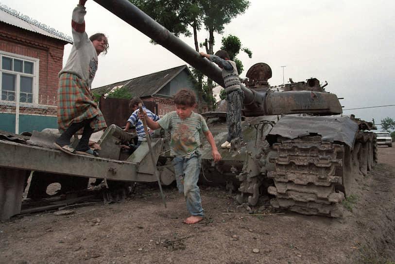 1996 год. Дети играют на сломанной военной технике