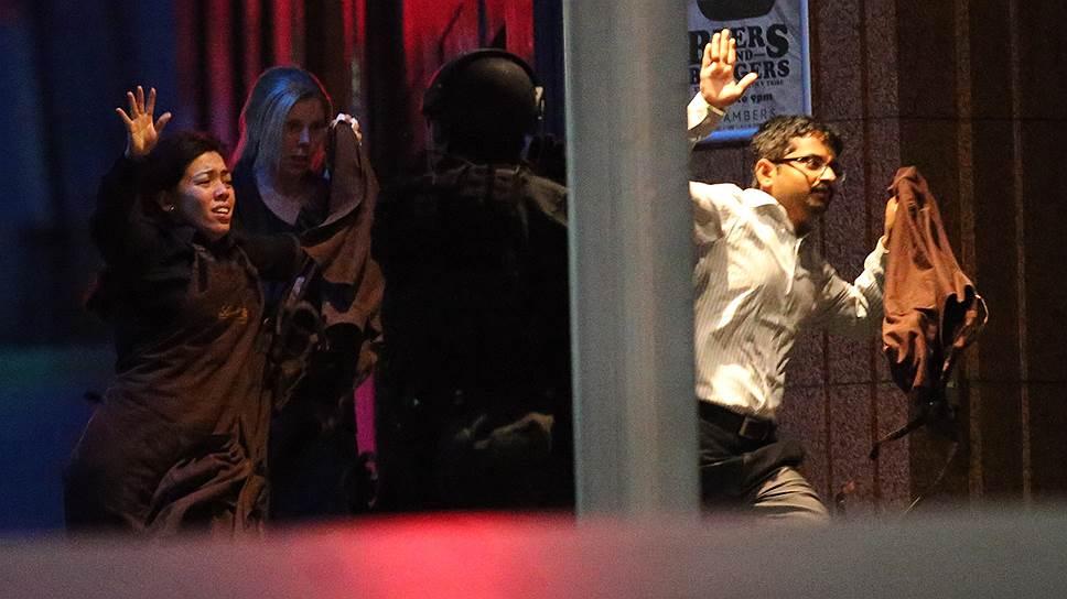 В ночь на понедельник примерно в 2:00 по московскому времени (около 10:00 по Сиднею) в кафе Lindt в торговом центре Martin Place в центре Сиднея были захвачены заложники