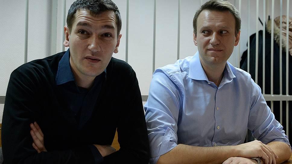 Алексей Навальный и Олег Навальный во время заседания Замоскворецкого районного суда.