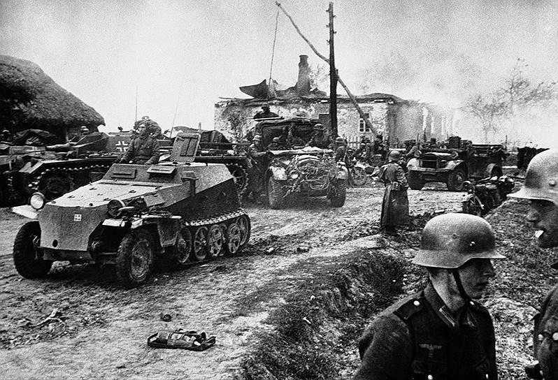 3 июля 1941 года Сталин, обращаясь к народу, предложил перейти к тактике выжженной земли. 17 ноября 1941 года вышел приказ ставки верховного главнокомандования, обязывающий «при вынужденном отходе наших уводить с собой советское население и обязательно уничтожать все без исключения населенные пункты, чтобы противник не мог их использовать». В тыл эвакуировали 1523 завода, 10 млн мирных жителей. Но огромными были и потери — 4,2 млн солдат и командиров