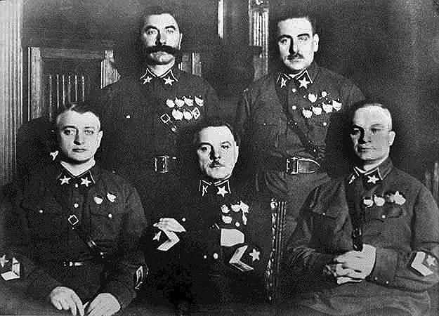 Период 1937-1938 годов получил название «Большой террор». За это время были арестованы до 5 млн до 9 млн человек. Он был направлен на уничтожение «антисоветских элементов» и  «контрреволюционных национальных контингентов». Репрессиям подвергались командный и начальствующий состав РККА и РККФ. Наибольший резонанс вызвал арест и осуждение Тухачевского (на фото — первый слева в нижнем ряду). В число репрессированных в эти годы попали трое из пяти маршалов Советского Союза, 20 командармов 1-го и 2-го рангов, пять флагманов флота 1-го и 2-го рангов, шесть флагманов 1-го ранга, 69 комкоров, 153 комдива, 247 комбригов