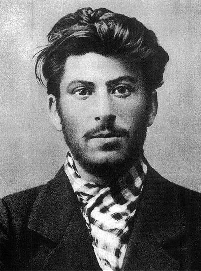С рождения у Иосифа Сталина были некоторые телесные дефекты: сросшиеся второй и третий пальцы на левой ноге, лицо в оспинах. Когда ему было шесть лет, его сбил фаэтон. Сталин был сильно травмирован: левая рука не разгибалась в локте и поэтому казалась короче правой
