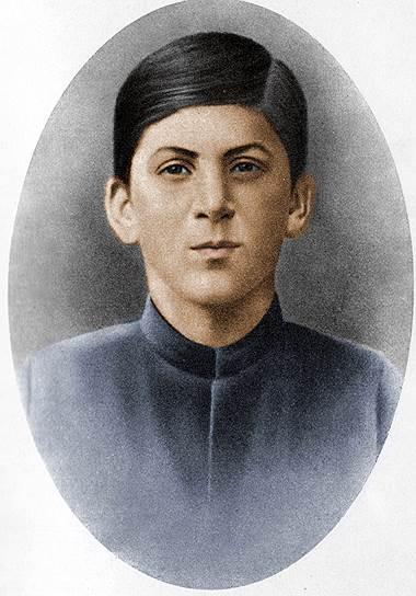 «Сын за отца не отвечает» <br> Иосиф Cталин (Джугашвили) родился 21 декабря 1879 года в грузинском городе Гори. Его отец был простым сапожником, много пил и был жестоким человеком. Когда Иосифу было 11 лет, его отец погиб в пьяной драке: кто-то ударил его ножом. Мать Сталина — Екатерина — работала поденщицей. Она очень любила своего единственного оставшегося в живых ребенка (остальные двое умерли во младенчестве), но часто била его