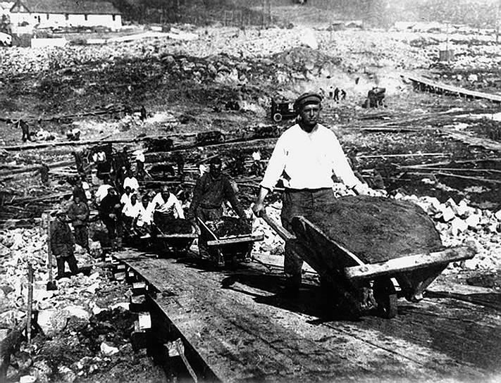 Система ГУЛАГ, созданная по распоряжению Сталина, считалась экономическим ресурсом. Однако реальная продуктивность трудов узников ГУЛАГа была настолько низкой, что вряд ли могла повлиять на экономику. При этом дотации на его содержание со стороны государства постоянно росли. За время правления Сталина через систему ГУЛАГа прошло более 20 млн человек