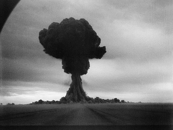«Атомные бомбы предназначены для устрашения слабонервных» <br> После завершения войны Сталин подписал ряд постановлений. Была проведена денежная реформа, проводились так называемые стройки века, предполагающие создание промышленных электростанций и каналов. Одним из главных научных достижений тех лет стала разработка ядерного оружия. B 1946 году Сталин подписал более 60 документов, связанных с развитием атомной науки и техники. 29 августа 1949 года на полигоне в Семипалатинской области было проведено испытание первой советской атомной бомбы