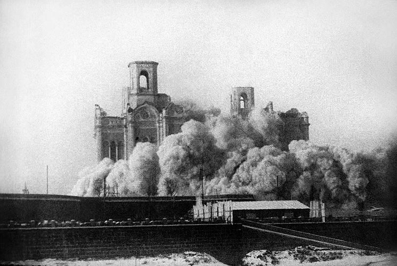 В 1928 году был утвержден план по индустриализации, предполагавший строительство 1,5 тыс. заводов. Строительство требовало закупки оборудования за границей. Чтобы финансировать закупки, было принято решение об увеличении экспорта сырья. Кроме того, было начато строительство метрополитена в Москве. Вместе с тем взрывались и разрушались храмы — в частности, был взорван храм Христа Спасителя, чтобы на его месте построить Дворец Советов