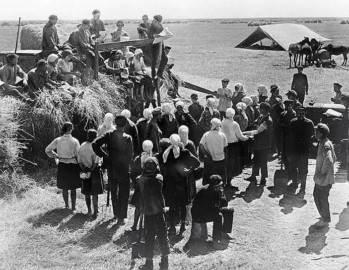 Решение о проведении коллективизации было принято в 1927 году.  Начался процесс «раскулачивания», сопровождавшийся политическими репрессиями. К февралю 1930 года жертвами репрессий стали 25 тыс. человек.  Всего за 1930-1931 годы, как указано в справке отдела по спецпереселенцам ГУЛАГа ОГПУ, было отправлено на спецпоселение 381 026 семей общей численностью 1 803 392 человека. За 1932-1940 годы в спецпоселения прибыли еще 489 822 раскулаченных. Многие из них умерли в ссылке
