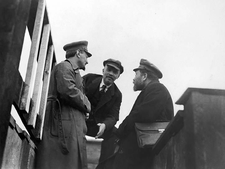 В 1901 году Сталин занялся изданием нелегальной газеты. Затем отправился в Батуми, где участвовал в создании нелегальной социально-демократической организации.  В 1903 году после раскола Российской социально-демократической рабочей партии (РСДРП) он присоединился к большевикам, а уже в 1905 году познакомился с руководителем фракции большевиков Лениным (на фото в центре)