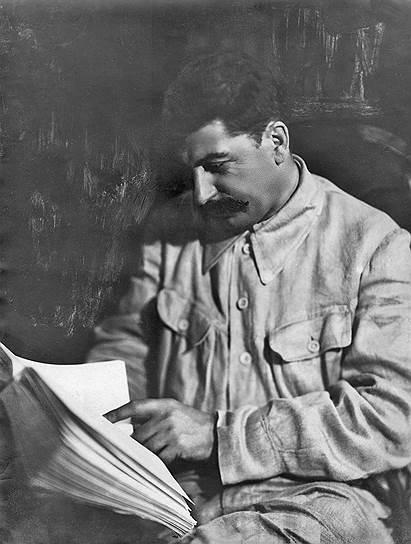 «Для пользы дела мне необходимы военные полномочия. Я уже писал об этом, но ответа не получил. Очень хорошо. В таком случае я буду сам, без формальностей свергать тех командармов и комиссаров, которые губят дело. Так мне подсказывают интересы дела, и, конечно, отсутствие бумажки от Троцкого меня не остановит»  <br> 3 апреля 1922 года на Пленуме ЦК РКП(б) Сталин был избран в политбюро и оргбюро ЦК РКП(б), а также генеральным секретарем ЦК РКП(б). К тому времени Ленин фактически отошел от политической деятельности из-за болезни. Чтобы противостоять Троцкому, Сталин, Зиновьев и Каменев организовали в правительстве «тройку», которую критиковал Ленин, предложивший снять Сталина с должности генсека. Сталин подал в отставку, однако она не была принята