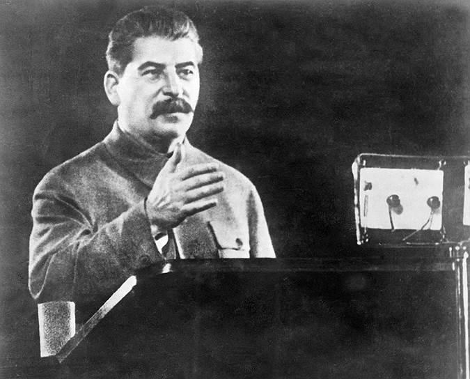 «Дружба народов Германии и Советского Союза, скрепленная кровью, имеет все основания быть длительной и прочной» <br> После прихода Гитлера к власти в Германии изменился курс внешней политики. Теперь она была направлена на  создание системы «коллективной безопасности» в составе СССР и бывших стран Антанты против Германии и союзе коммунистов со всеми левыми силами против фашизма (тактика «народного фронта»). Эта позиция первоначально не была последовательной: в 1935 году Сталин, встревоженный германо-польским сближением, тайно предложил Гитлеру пакт о ненападении, но получил отказ