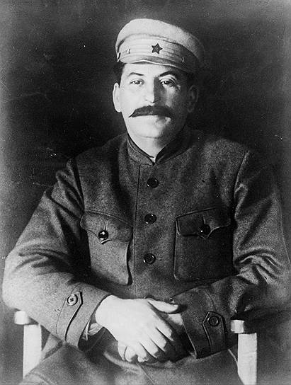 «Мои родители обращались со мной совсем неплохо. Другое дело — духовная семинария, где я учился тогда. Из протеста против издевательского режима и иезуитских методов, которые имелись в семинарии, я готов был стать и действительно стал революционером, сторонником марксизма» <br> Сталин был хорошим учеником, писал стихи, получал хорошие оценки по всем предметам. В 1899 году он стал руководителем рабочего кружка молодых железнодорожников, составил для них марксистскую программу, позже вступил  в грузинскую социал-демократическую организацию «Месаме-даси» («Третья группа»), где занял позицию революционного меньшинства. По одной из версий, именно поэтому он был исключен из семинарии в 1899 году
