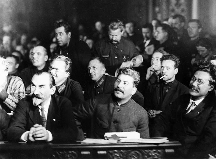 «Может быть, это так именно и нужно, чтобы старые товарищи так легко и так просто спускались в могилу» <br> После того как Троцкий потерпел сокрушительное поражение, Сталин начал борьбу с Зиновьевым и Каменевым. К 1926 году бывшие соперники Троцкий, Зиновьев и Каменев объединились против Сталина (позже их блок получил название «Объединенная оппозиция»). Но к тому времени противники Сталина утратили реальное влияние. Перед XV съездом ВКП (б) лидеры оппозиции были исключены из партии<br> На фото: Сталин слушает выступления делегатов съезда
