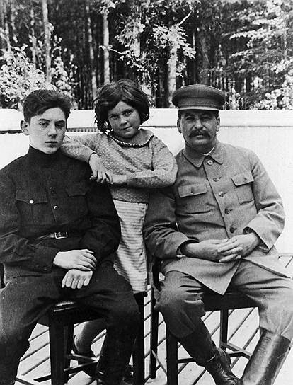 В 1918 году Сталин женился на дочери революционера Надежде Аллилуевой. В 1921 году у него родился сын Василий (на фото). Его воспитывали вместе с усыновленным Сталиным сыном его друга Федора Сергеева. В феврале 1926 года у Сталина родилась дочь Светлана (в 1967 году она попросила политического убежища в США)