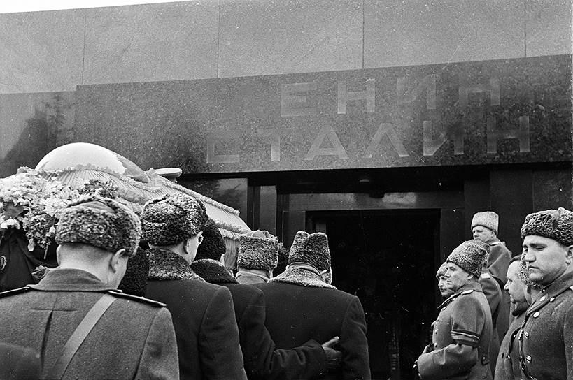 Гроб с телом Сталина сначала находился в Колонном зале Дома Союзов, а впоследствии был перенесен в Мавзолей. За эти дни мимо гроба Сталина прошли десятки тысяч людей. Сталин правил так долго, что страна скорее почувствовала себя не освобожденной, а осиротевшей. Поэт Твардовский назвал эти дни «часом величайшей печали». Во время прощания со Сталиным на пути к Колонному залу образовалась давка, в которой погибло несколько сот человек. Другой поэт, Евтушенко, вспоминал, как юношей оказался в этой страшной толпе: «В каких-то местах на Трубной площади нужно было высоко поднимать ноги — шли по мясу»