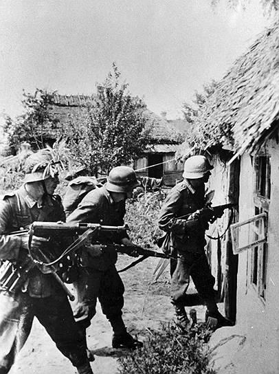 С сентября 1939 года, когда началась Вторая мировая война, и до июня 1941-го Гитлер и Сталин поддерживали «дружеские отношения». Сталин полагал, что Вторая мировая война превратится, как и предыдущая, в войну позиционную, затянется на долгие годы. И Советский Союз, получив мирную передышку, нанесет в конце концов мощный удар в тыл ослабевшей Германии. Когда же выяснилось, что немцы легко расправились со всей континентальной Европой, ситуация решительно поменялась. Точного срока нападения нацистов Сталин не представлял. Но с осени 1940 года, после провала переговоров Молотова в Берлине (СССР требовал контроля над Черноморскими проливами и окончательного присоединения Финляндии, но получил отказ), генсек понимал: война с немцами неизбежна
