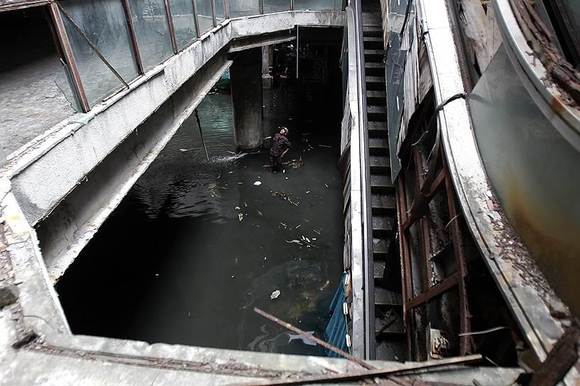 Постепенно здание заполонили москиты. Чтобы избавиться от вредителей, местные жители начали разводить рыбу в торговом центре, которая поедала насекомых. Со временем рыбы стало настолько много, что теперь торговый центр превратился в место рыбной ловли