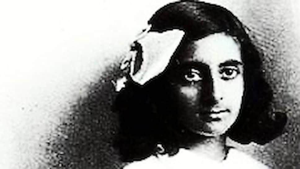 «Мой дед однажды сказал мне, что люди делятся на тех, кто работает, и тех, кто ставит себе в заслугу результаты этой работы. Он советовал мне попасть в первую группу: в ней конкуренция меньше» Индира Ганди родилась 19 ноября 1917 года. Ее семья боролась за независимости Индии, в то время бывшей английской колонией. Отцом Индиры (ее имя переводится как «Страна луны») был  Джавахарлал Неру — первый премьер-министр независимой Индии, дедом — Мотилал Неру, один из ветеранов и лидеров партии Индийский национальный конгресс (ИНК)