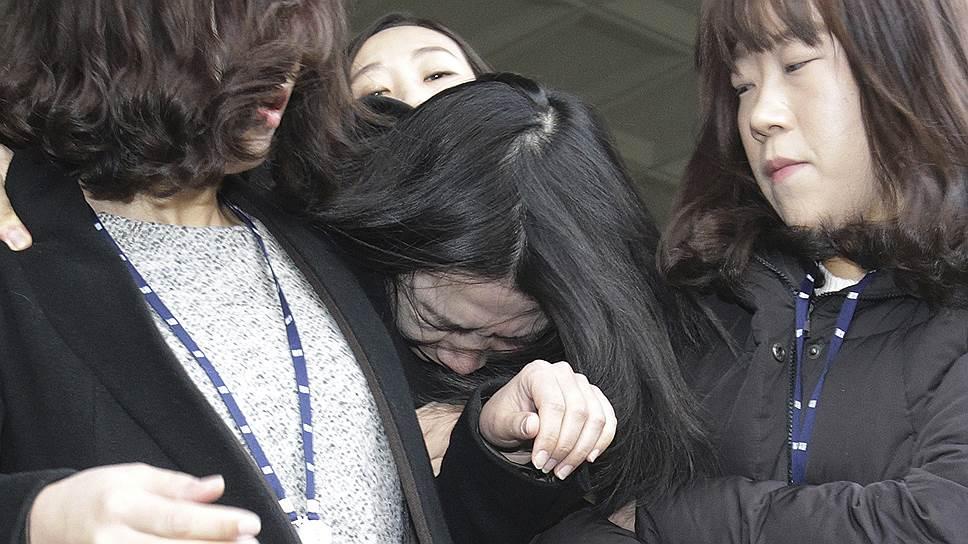 Бывший вице-президент Korean Air Чо Хен А (в центре)