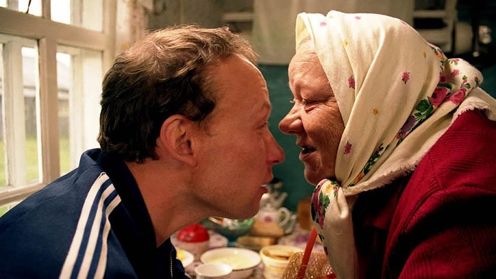 «Бабуся» (Лидия Боброва, 2003). Боброва — единственная среди режиссеров «деревенщица», выживающая неизвестным науке способом в атмосфере современного русского кино. Казалось бы, история вдовой старушки, мыкающейся между квартирами детей, никак ей не радующихся, несмотря на суровость режиссерской манеры, рассчитана исключительно на слезоточивый эффект. Однако же «Бабуся», ставшая сенсацией французского проката, оборачивается фильмом о чуде самом что ни на есть настоящем, скромно сотворенным бабусей, которой, казалось бы, и самой-то в жизни ни на что, кроме чуда, рассчитывать не остается