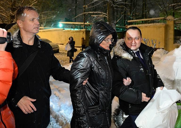 По мнению адвокатов обвиняемой в госизмене, к решению об изменении меры пресечения следователя Свинолупа подтолкнул общественный резонанс, который вызвал арест Светланы Давыдовой. Накануне администрацию президента уже было передано более 40 тыс. подписей в защиту госпожи Давыдовой. А пресс-секретарь президента Дмитрий Песков назвал дело о госизмене резонансным и заявил, что обращение в ее защиту будет рассмотрено в Кремле