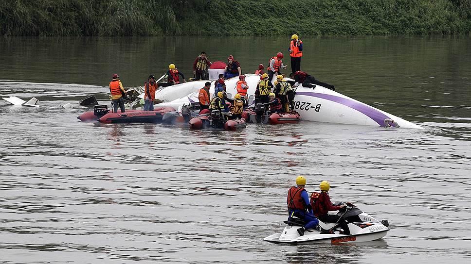 На борту самолета находились 58 человек