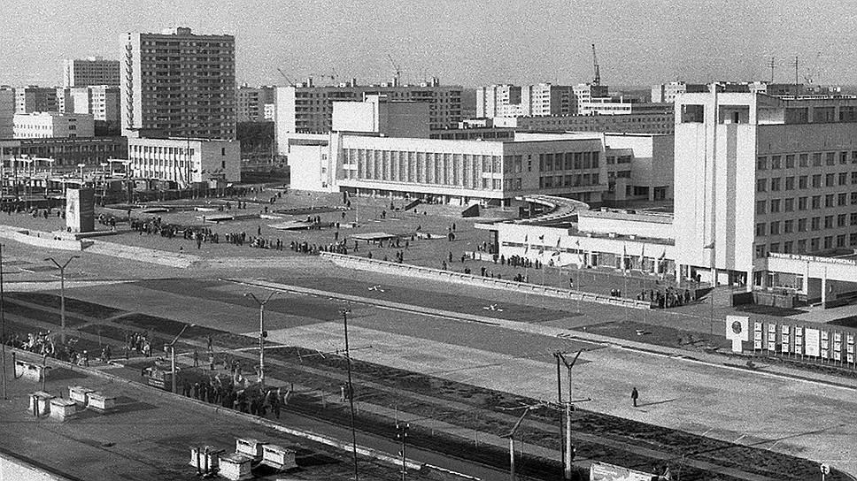 Строительство города было объявлено всесоюзной ударной комсомольской стройкой, поэтому основную массу горожан составили комсомольцы со всего СССР