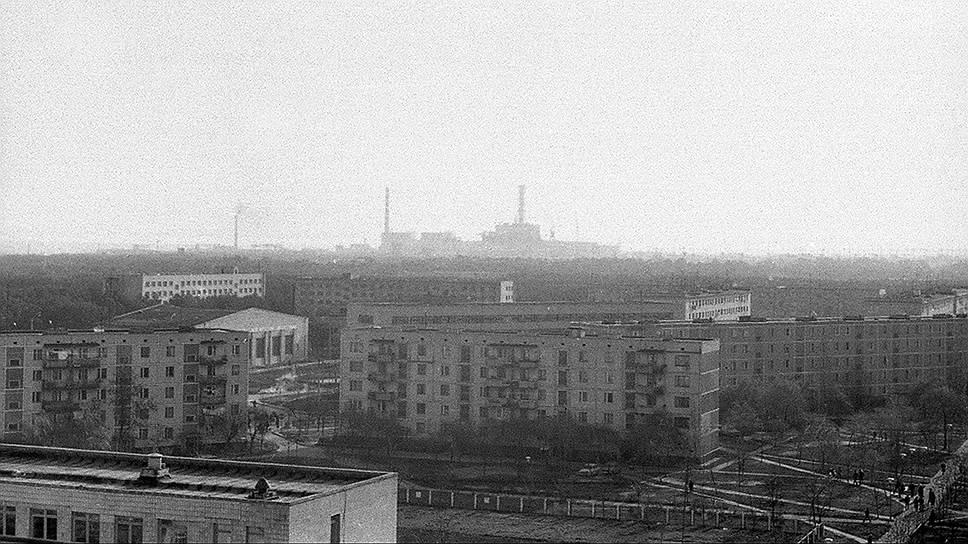В 01:24 26 апреля 1986 года на четвертом энергоблоке Чернобыльской АЭС произошел взрыв, который полностью разрушил реактор. Во время взрыва на ЧАЭС основной выброс радиоактивной пыли произошел в направлении Припяти. Эвакуация жителей началась лишь спустя сутки — 27 апреля