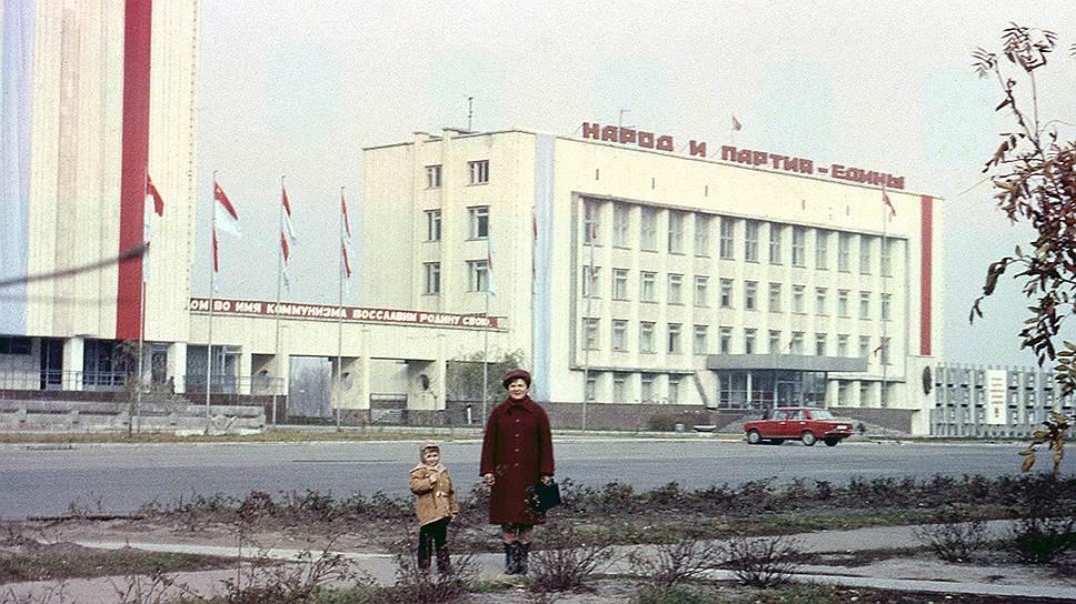 Припять в свое время была образцовым советским городом с продуманной самодостаточной инфраструктурой. Здесь было построено 15 детских садов, пять школ, 25 магазинов, кафе и рестораны, больница, речной порт, гостиница, Дворец культуры, кинотеатр, бассейн