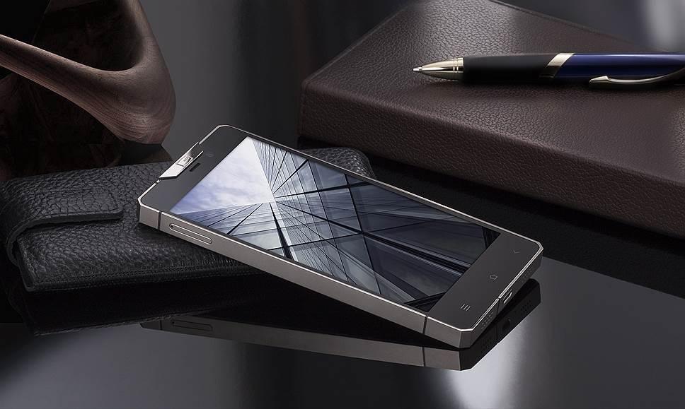 """«Минималистичный дизайн, строгие линии, монолитный корпус из титана, экран 5""""Full HD – вот, что представляет собой новый роскошный смартфон от Gresso»"""