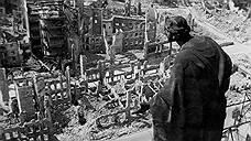 13 февраля 1945 года королевские военно-воздушные силы Великобритании и военно-воздушные силы США начали бомбардировки Дрездена, которые продолжались два дня. Историки называют ряд причин начала атаки. К началу января 1945 года немецкая армия потеряла позиции на Западном фронте, в связи с этим Красная армия начала усиленное наступление в Польше и Восточной Пруссии. Это взволновало британскую разведку, которая доложила, что «успех текущего русского наступления, видимо, окажет решающее влияние на длительность войны. Считаем целесообразным срочно рассмотреть вопрос о помощи, которую может оказать русским стратегическая авиация Великобритании и США в течение следующих нескольких недель»