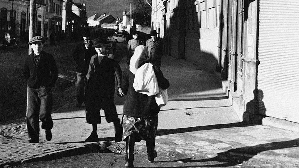 Карпатская Украина образовалась 15 марта 1939 года на территориях входившей в Чехословакию автономии Подкарпатская Русь. Ее провозгласило правительство автономии во главе с премьером, лидером партии «Украинское национальное объединение» Августином Волошиным. Он решил воспользоваться германской оккупацией Чехословакии, надеясь заручится покровительством рейха. Новое государство успело избрать сейм и принять конституцию. На следующий день с согласия Германии территорию оккупировала Венгрия. После второй мировой войны она отошла СССР и стала Закарпатской областью Украины